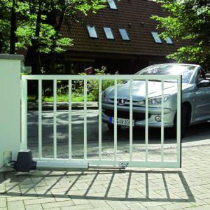 Drehtor in einer Einfahrt beim Öffnen mit Auto das einfährt