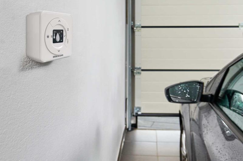 Aus dem Innern der Garage sieht man, dass das Hörmann Tor sehr platzsparend angebracht werden kann.