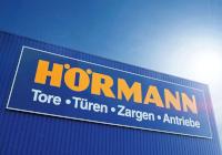 Firmengebäude mit Schriftzug der Hörmann KG - Tore, Türen, Zargen, Antriebe