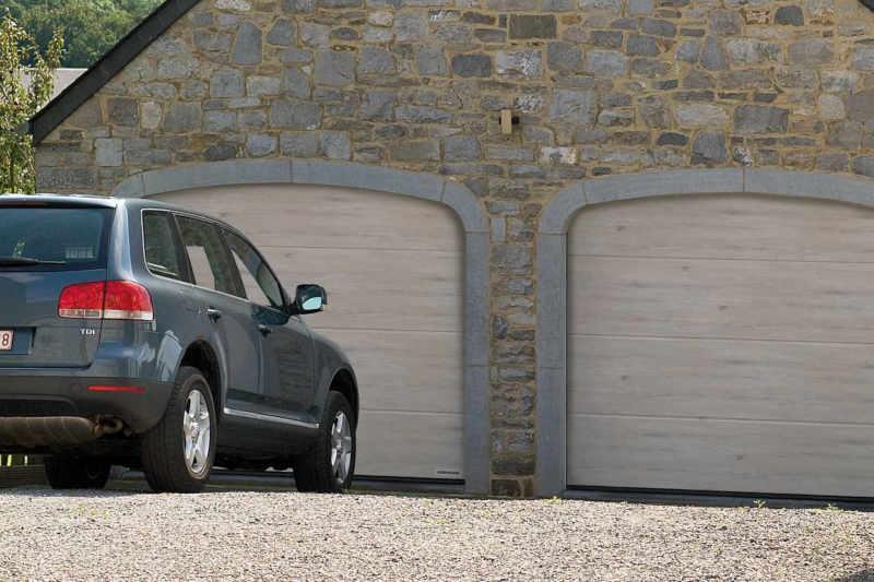 Auch wenn ein Auto unmittelbar vor dem Garagentor geparkt wird, lässt sich das Tor problemlos öffnen und schließen, da es keinen Schwenkbereich benötigt.