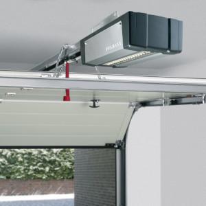 Hörmann SupraMatic Garagentorantrieb eingebaut an einem halb geöffneten Sektionaltor